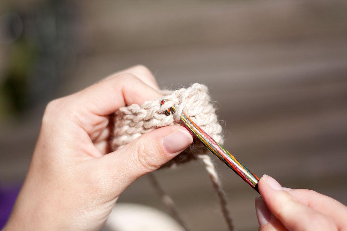 Stikk kroken gjennom fremre del av leddet, ta kast på kroken og trekk gjennom. Dette gir en annen struktur på arbeidet og er mye tettere enn når du pjoner i bakre ledd.