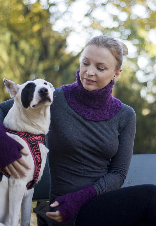 Kvinnen i huset, iført Kotlik, her fotografert sammen med verdens mest sta hund.