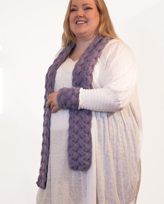 Hjertensfryd er strikket med dobbeltsidige fletter. Her strikket i dobbel Tynn Alpakka fra Du store alpakka.