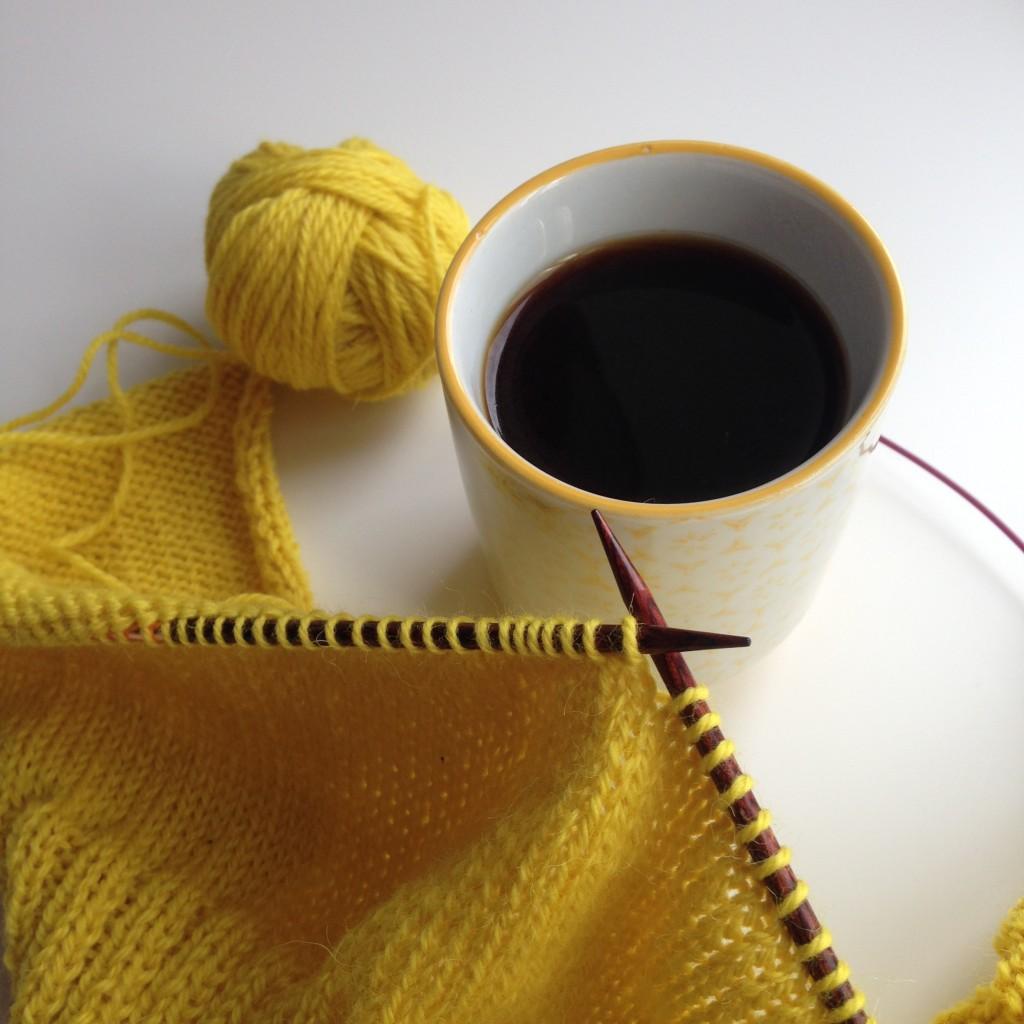 strikketøy og kaffe