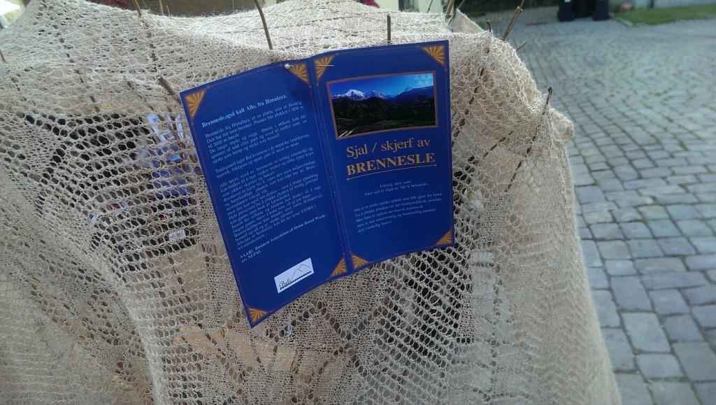 Jeg stifter gjerne nærmere bekjentskap med garn laget av brennesle! Foto: Una Oksavik Oltedal.
