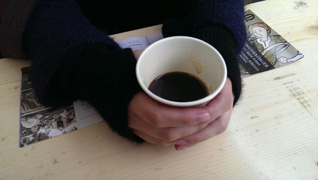 Jeg varmer de kalde middelalderpuselankene mine på en kopp udrikkelig middelalderkaffe. Foto: Una Oksavik Oltedal.