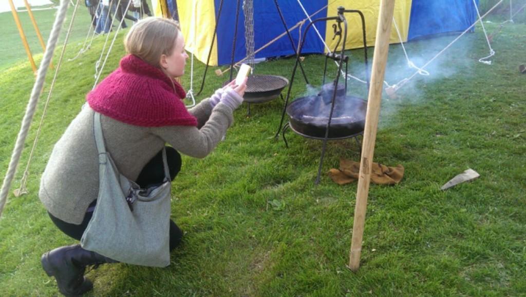 Et bilde av meg som tar bilde av middelalderkaffen. Jeg hadde på meg Uranus og Skogfrue, to av mine design som jeg synes gled rett inn i middelalderen. Foto: Una Oksavik Oltedal.