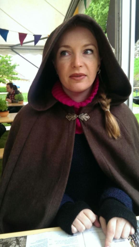 Småfrossen middelalderStella lytter til livlig middelaldermusikk. Foto: Una Oksavik Oltedal.