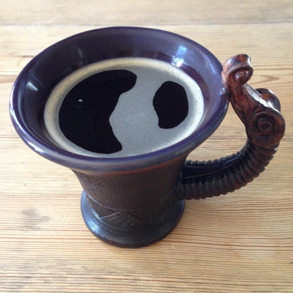Nå som jeg sitter å mimrer og skrive, drikker jeg selvsagt kaffen min fra den nye fine koppen jeg kjøpte på festivalen med dragehode på hanken. Jeg tror ikke jeg innbiller meg at kaffen smaker ekstra godt fra denne koppen.