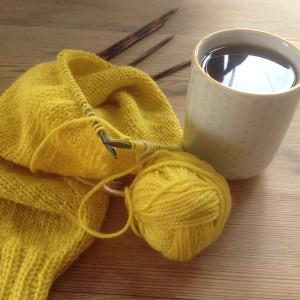 Gult strikketøy