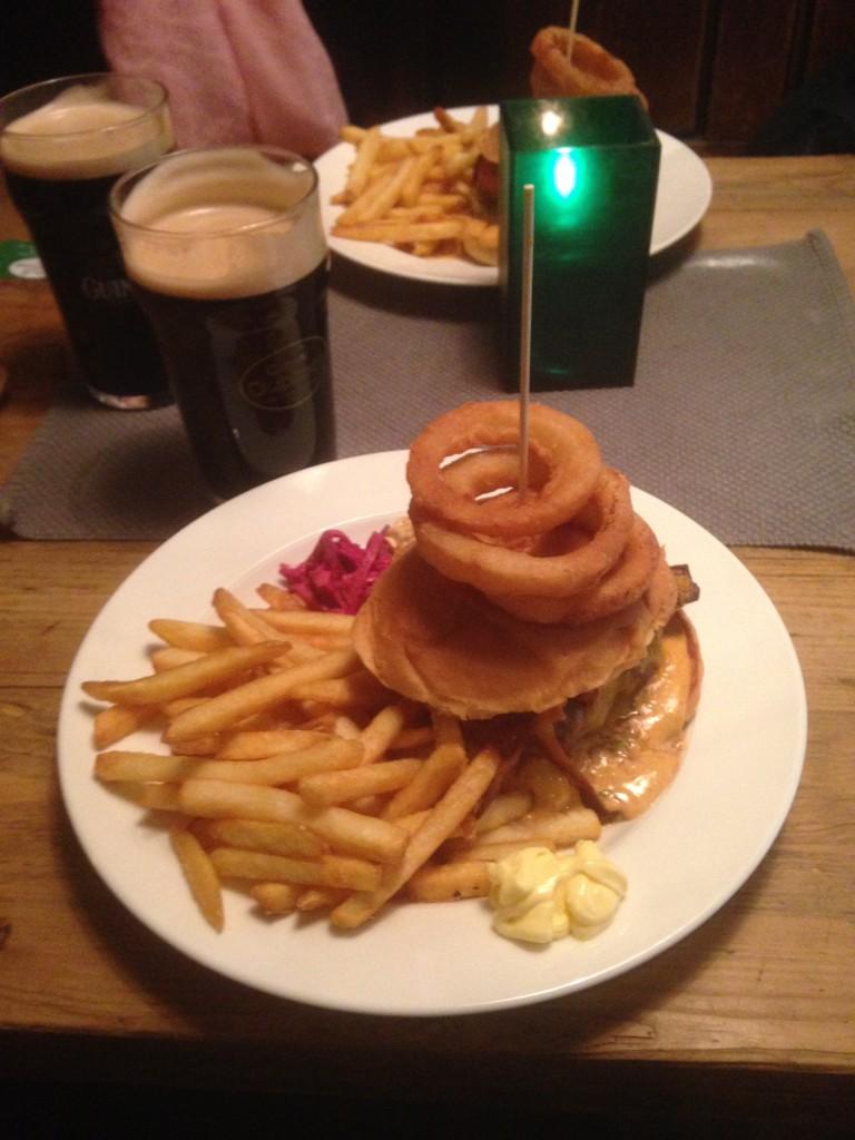 Mandagens lunsj. Hangoverburger og Guinness på The Dubliner. Nam nam!
