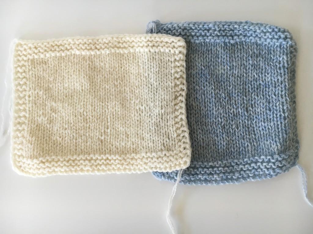 Strikkeprøver med dobbel tråd. Den til venstre er vasket, mens den til høyre er uvasket.