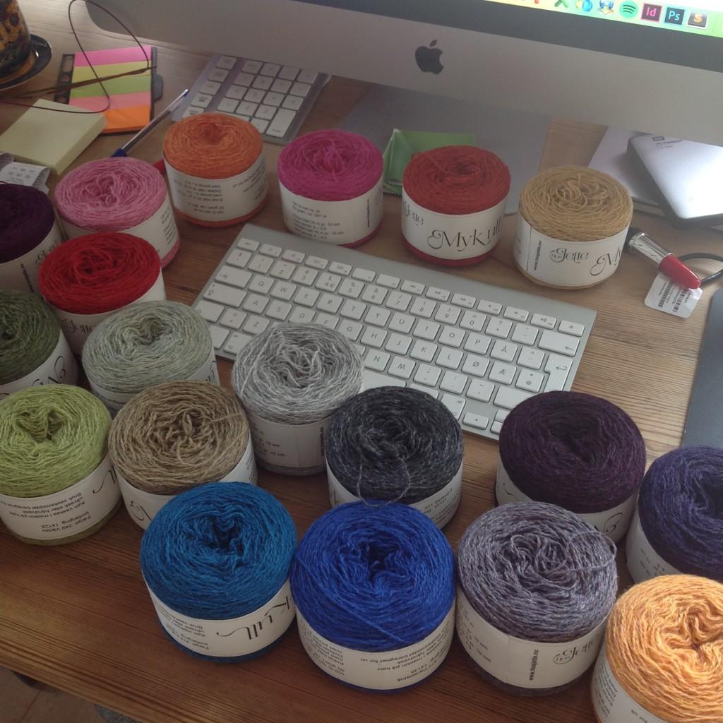 Skrivebordet mitt mens jeg bestilte de fargene jeg manglet.